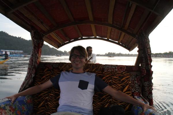 Finbar op boot Srinagar