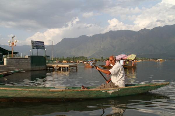 Man op bootje Srinagar
