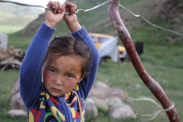 Meisje bij yurtkamp