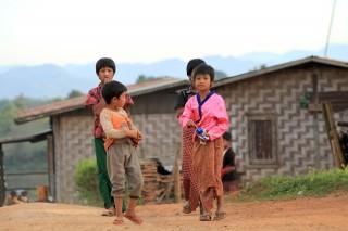 Meisjes in dorp