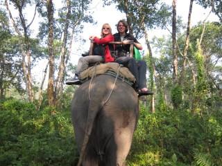 Op een olifant in Nepal