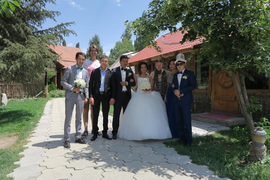 Poseren met Kyrgyz bruidspaar
