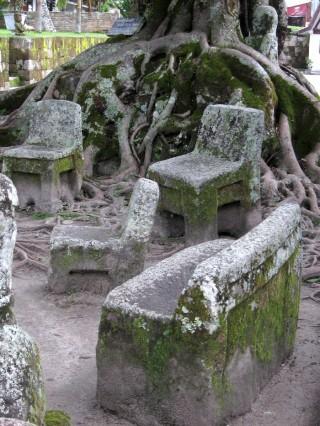 Stenen stoelen