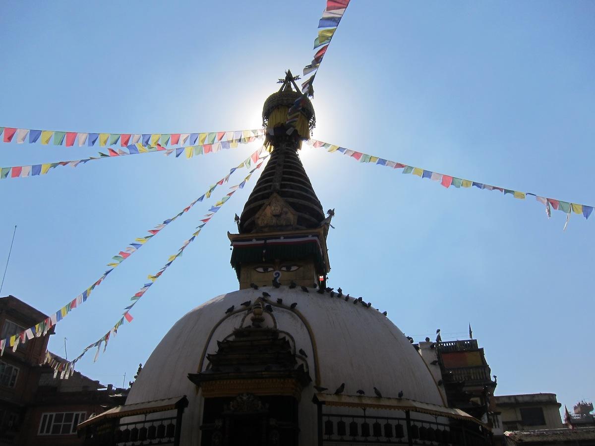 Stupa met vlaggen