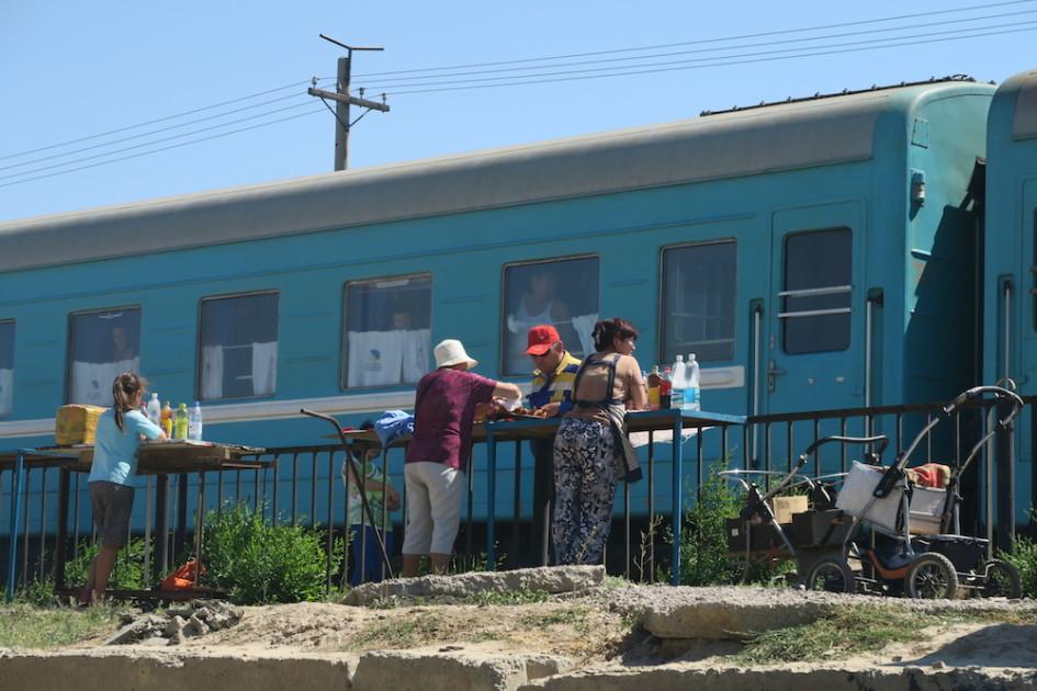 Verkoopsters op Kazakh station