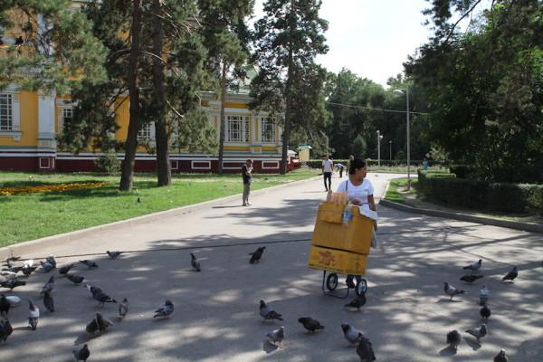 Verkoper bij kerk in Almaty