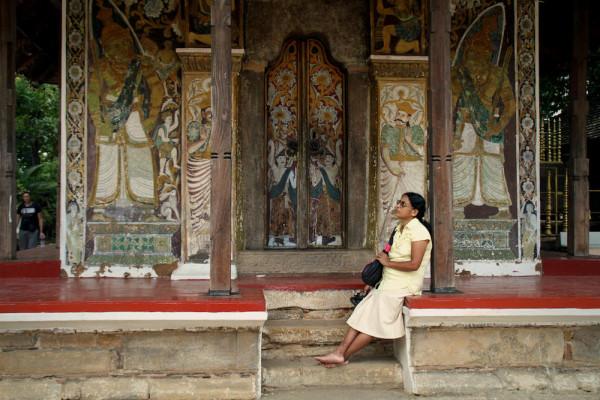 Vrouw bij tempel Kandy