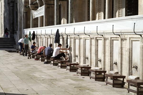 Wassen bij moskee